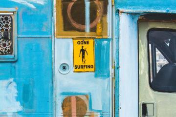porte de train avec image surf
